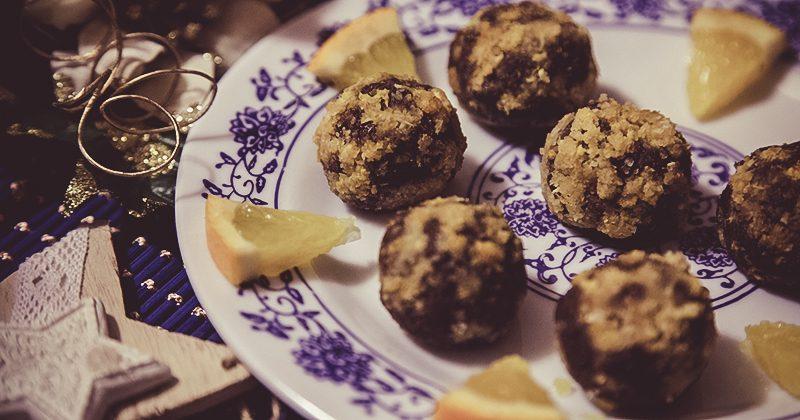 Palline crudiste con uvetta cacao ed arancia