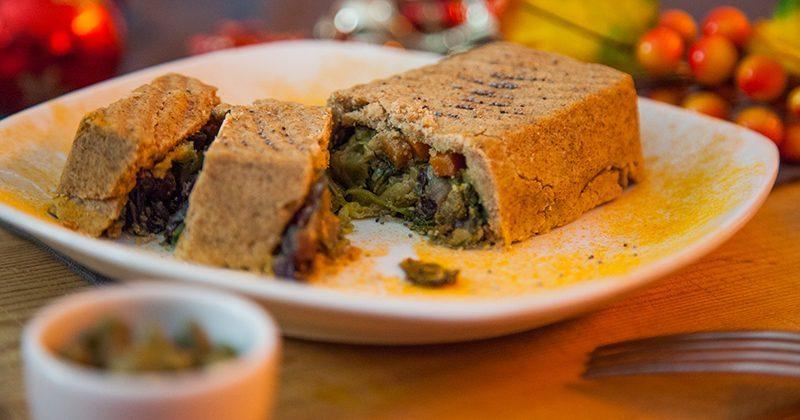 torta-rustica-con-insalata-saltata-e-olive