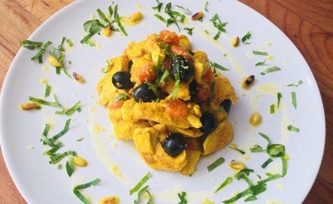 Colazione proteica, straccetti di pollo alla curcuma e olive nere