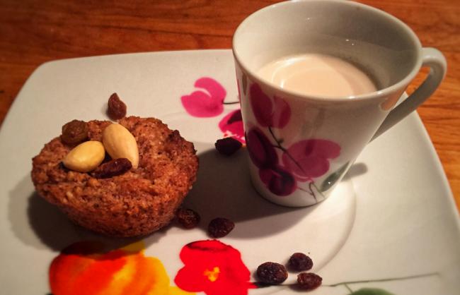 Colazione proteica dolce, muffin di mandorle e uvetta sultanina