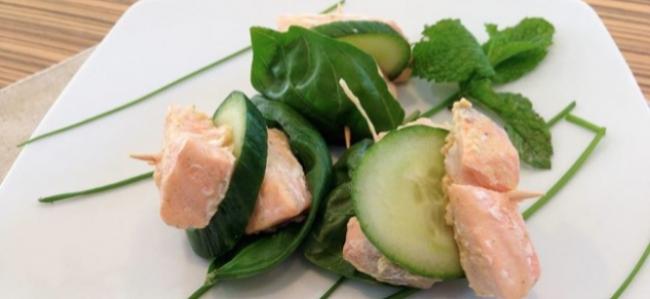 Colazione proteica, bocconcini di salmone e cetrioli
