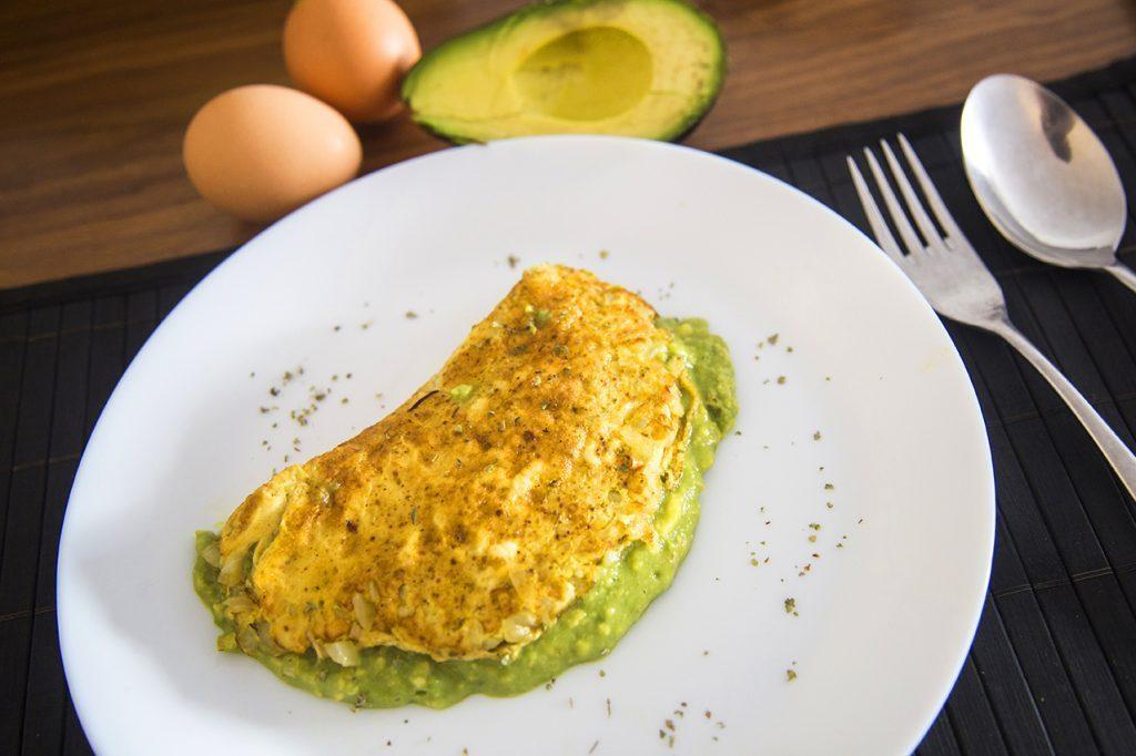 Secondo vegetariano, omelette con crema di avocado