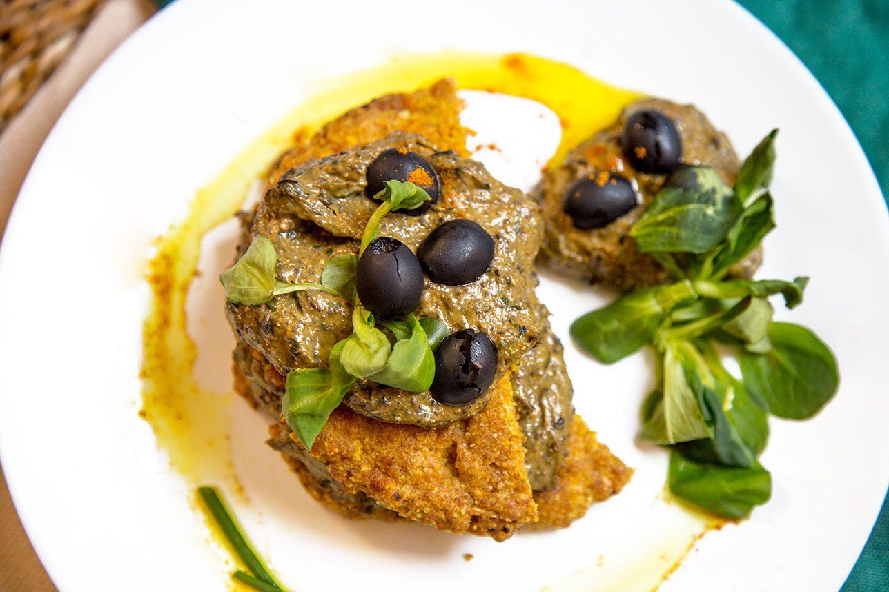 Secondo vegetariano, spianatina con salsa si avocado e olive