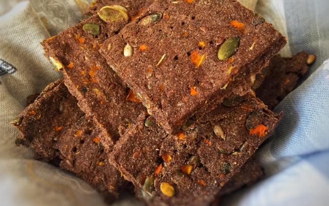 Secondi vegani, pane di semi di lino e carote al rosmarino