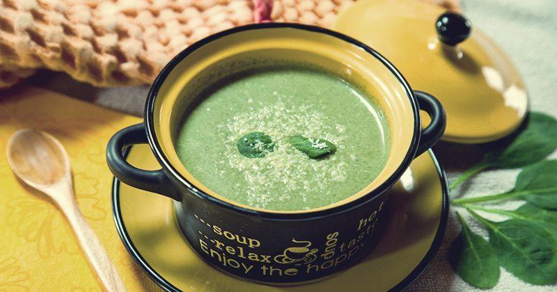 Zuppa calda di spinaci e cocco