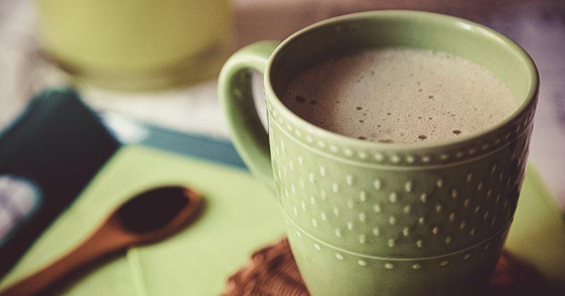 Ricette con proteine in polvere, smart cappuccino con Spirulina e gelsi