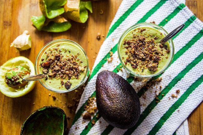 Colazioni proteiche dolci, smoothie di avocado e kiwi