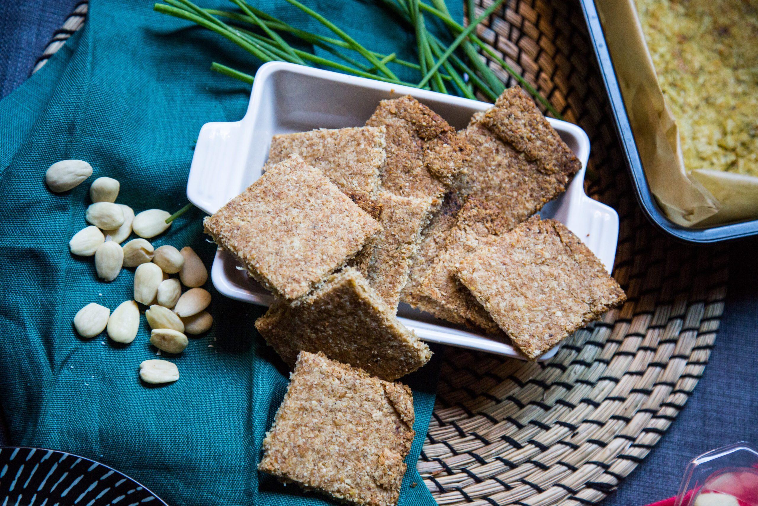 Colazione salata proteica, crackers alle mandorle, cocco e chufa