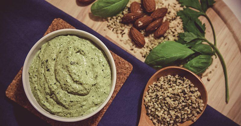Colazione salata proteica, salsina verde ai semi di canapa