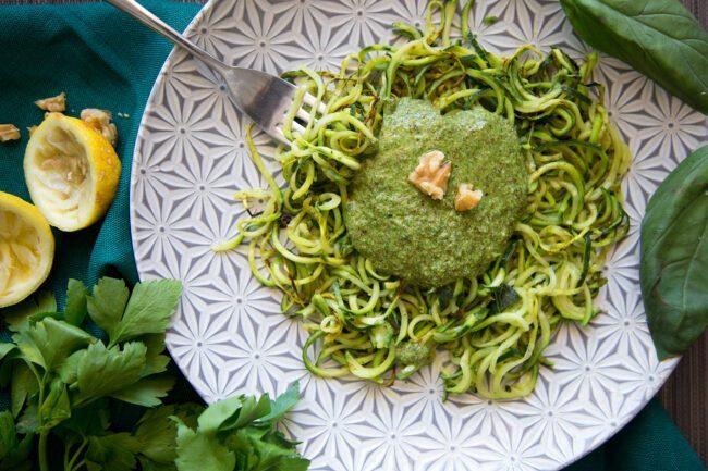 Spaghetti di zucchine con pesto vegano