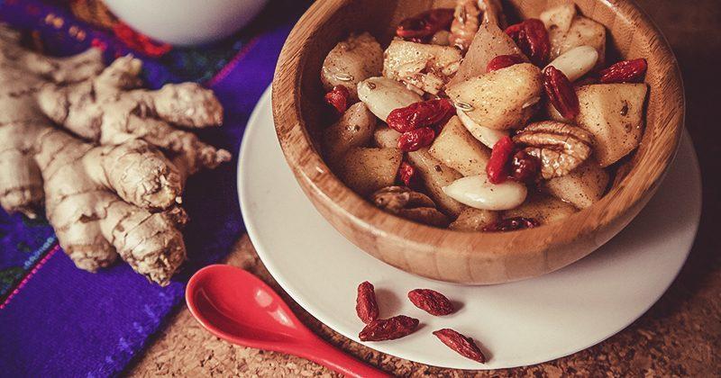 Come preparare la frutta, frutta spadellata con pecan, mandorle e Goji