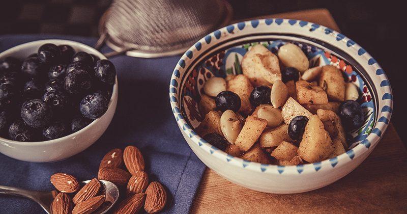 Macedonia di frutta con ghi e mandorle